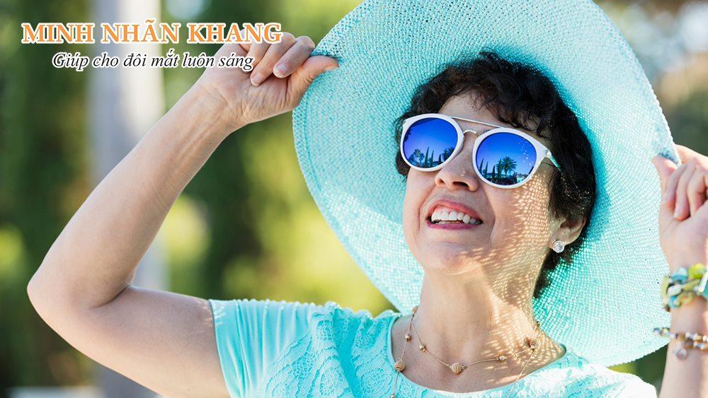 Combo đeo kính và đội mũ là cách chăm sóc mắt hữu hiệu trong mùa dịch Covid